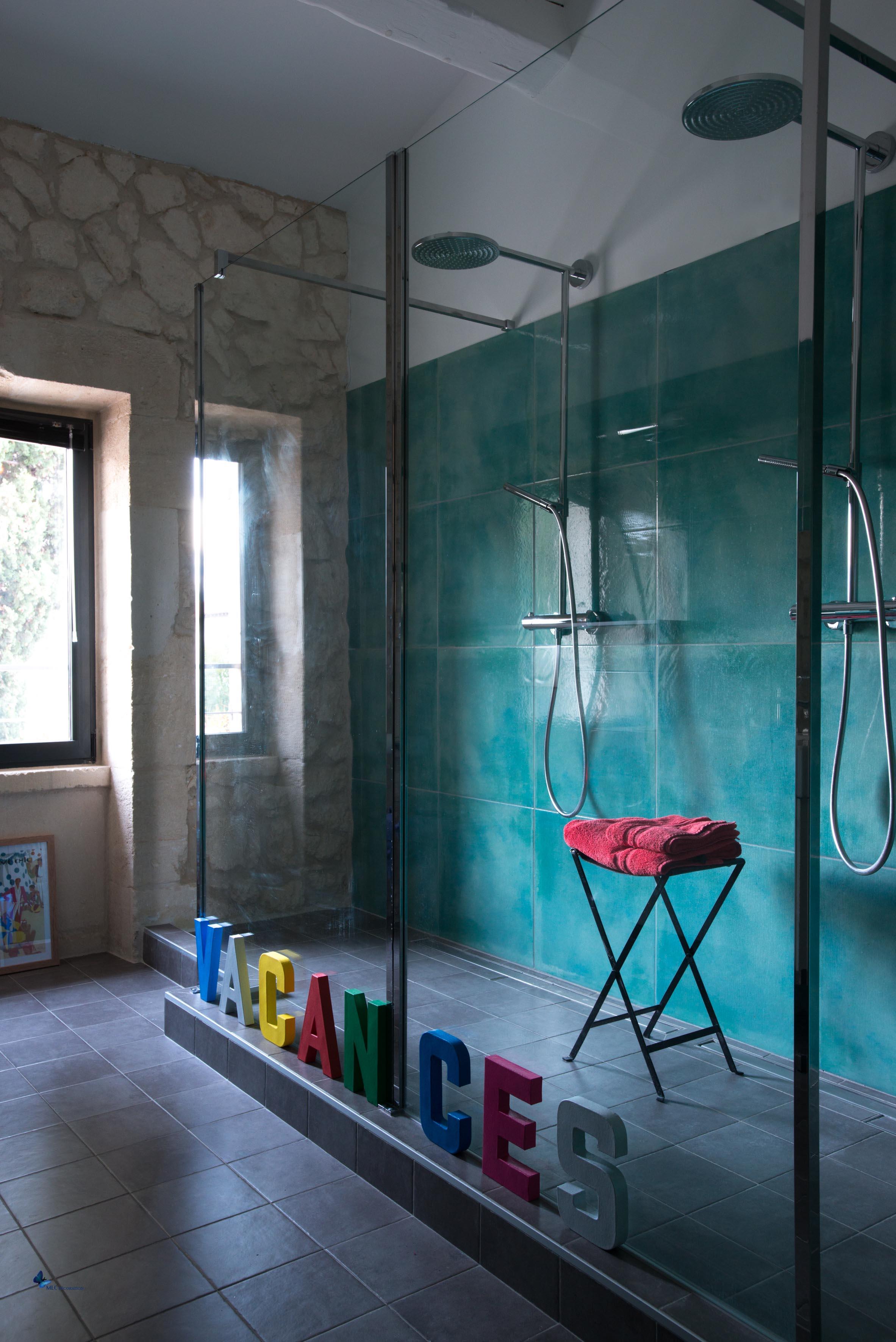 D co chambre et salle de bain turquoise couleur peinture for Salle de bain noir et turquoise