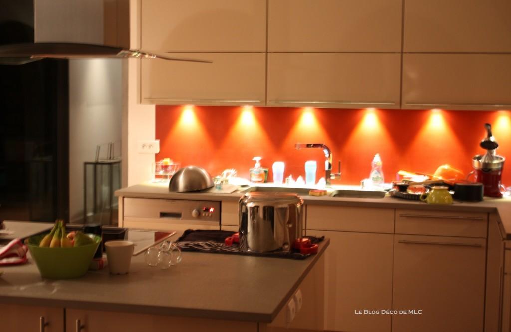 Cuisine meubles beige sur fond rouge cuisine couleur darty le blog d co de mlc - Cuisine rouge et beige ...