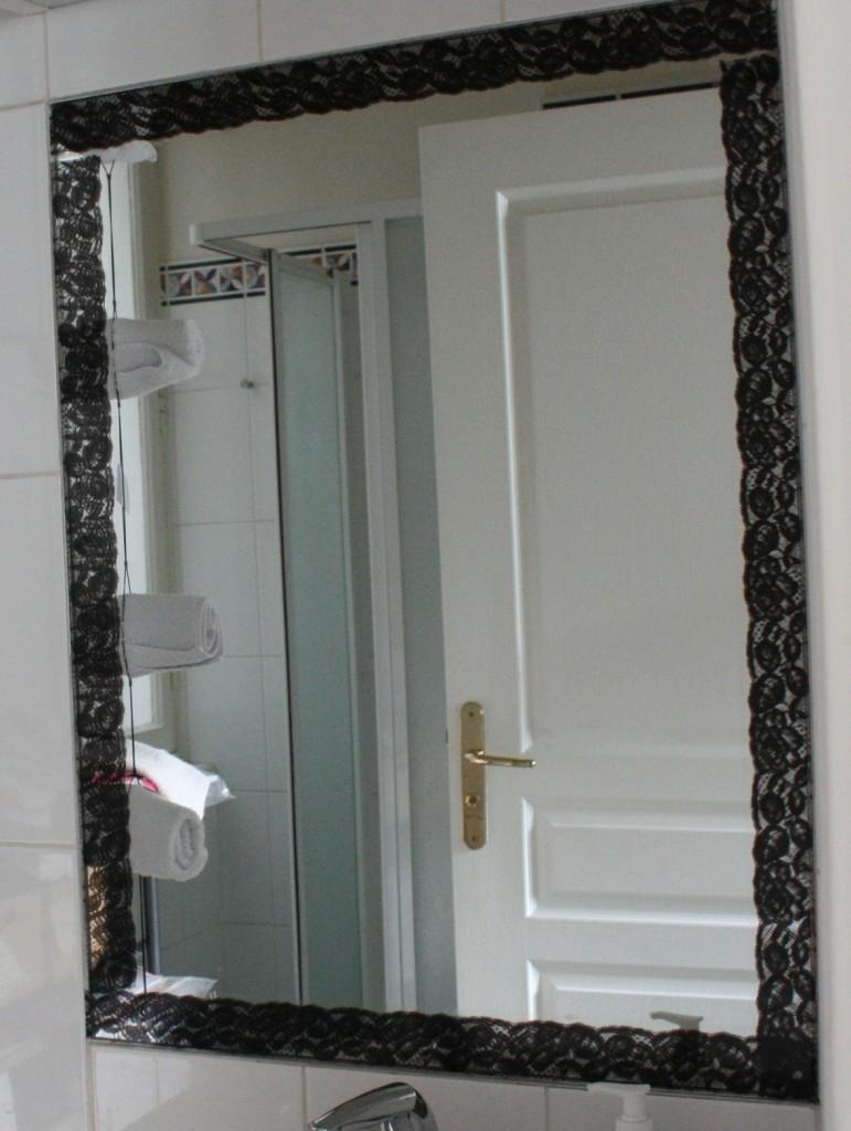 Diy d co facile masking tape et encadrement de miroir le blog d co de mlc - Miroir avec lampes autour ...