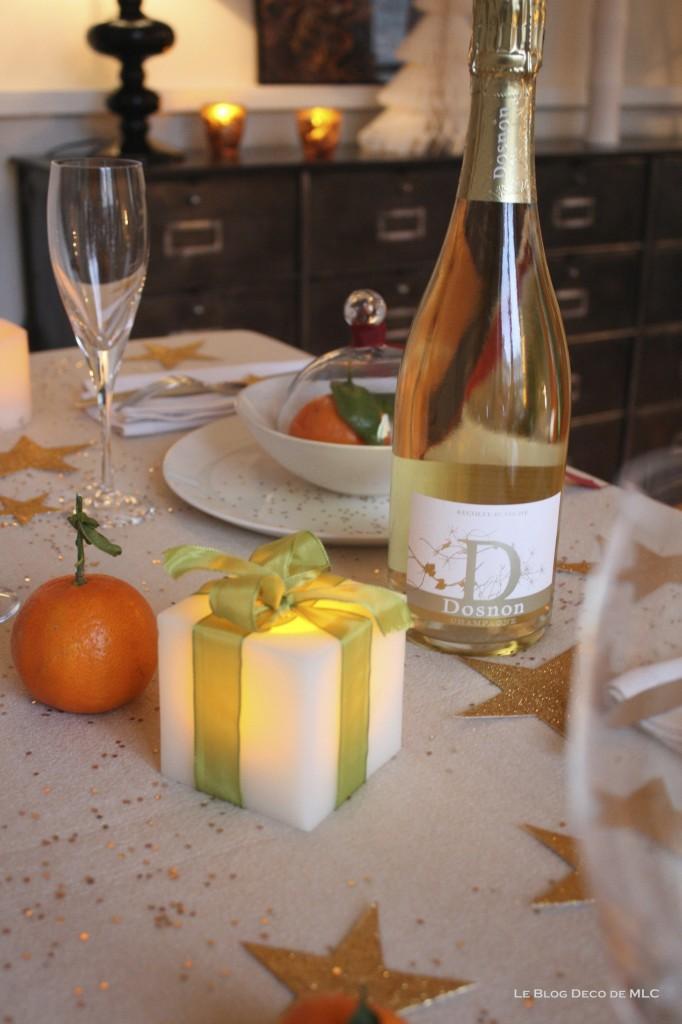 Noël-déco-champagne-et-bougies-led pour-une-fête-magique-champagne-dosnon-fond-noir