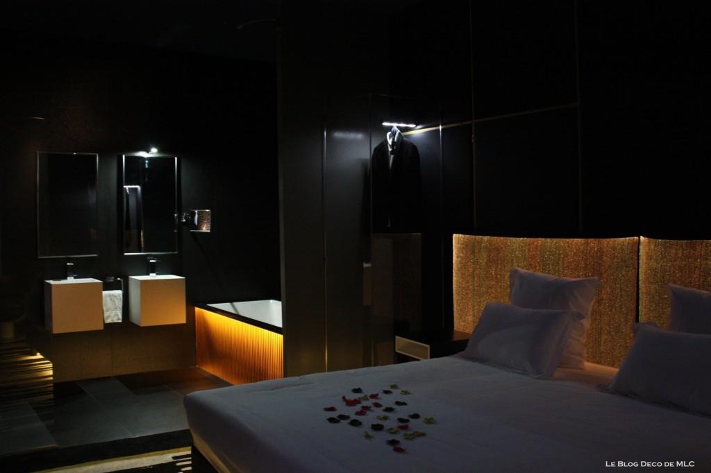 Tête-de-lit-lumineuse-et-salle-de-bain-noire-chambre-302