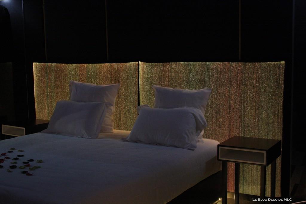 Tête-de-lit-lumineuse-et-salle-de-bain-noire-lit