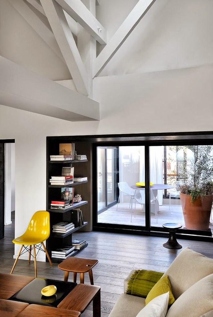 Un grand miroir xxl pour agrandir le salon for Dep design interieur