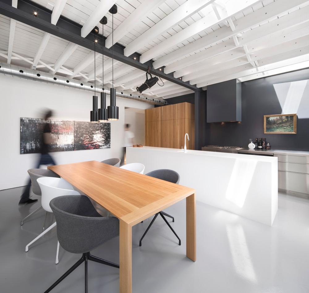 Meubles design scandinaves dans un loft déco industrielle