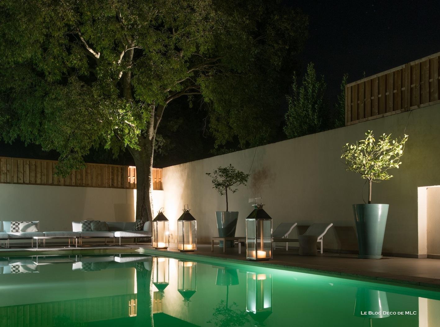 Eclairer la terrasse le soir avec des luminaires d co le for Luminaire exterieur piscine