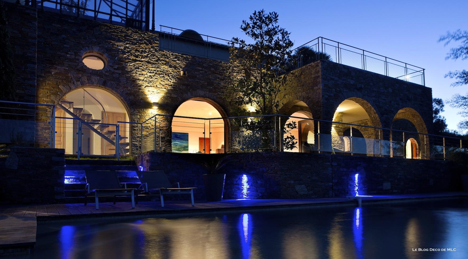 Eclairer la terrasse le soir avec des luminaires d co le for Lumiere exterieur facade