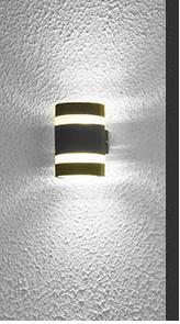 Eclairer-la-terrasse-le-soir-avec-des-luminaires-déco-applique-ronde
