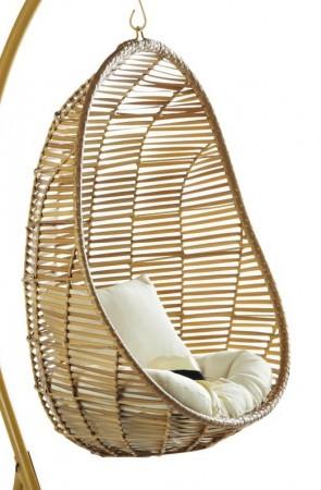 La-plus-jolie-des-terrasses-déco-a-un-fauteuil-en-osier-suspendu-oeuf-maison-du-monde