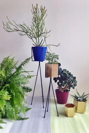 Un-salon-vert-et-fleuri-pour-une-déco-de-printemps-ferm-living-plant-stands-styled