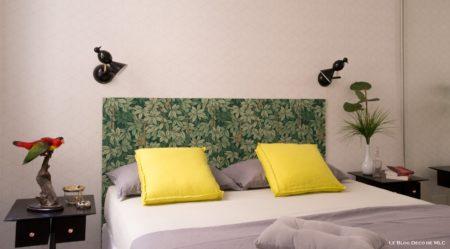 Un-salon-vert-et-fleuri-pour-une-déco-de-printemps-tete-de-lit-feuilles-appliques-oiseaux