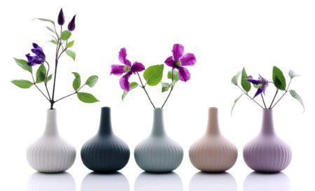 Un-salon-vert-et-fleuri-pour-une-déco-de-printemps-vases-porcelaine-ALiCE_onions-boutique-MLC