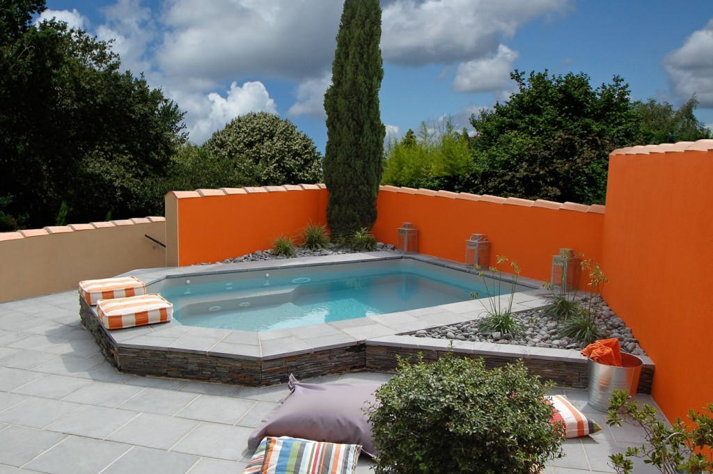 mini-piscine-caron-mur-couleur-orange