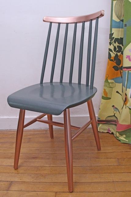 chaise-en-bois-a-barreaux-vintage-bleu-et-cuivre