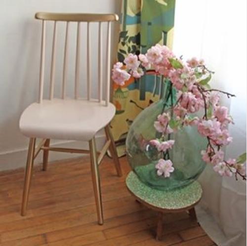 chaise-en-bois-scandinave-dore-et-rose