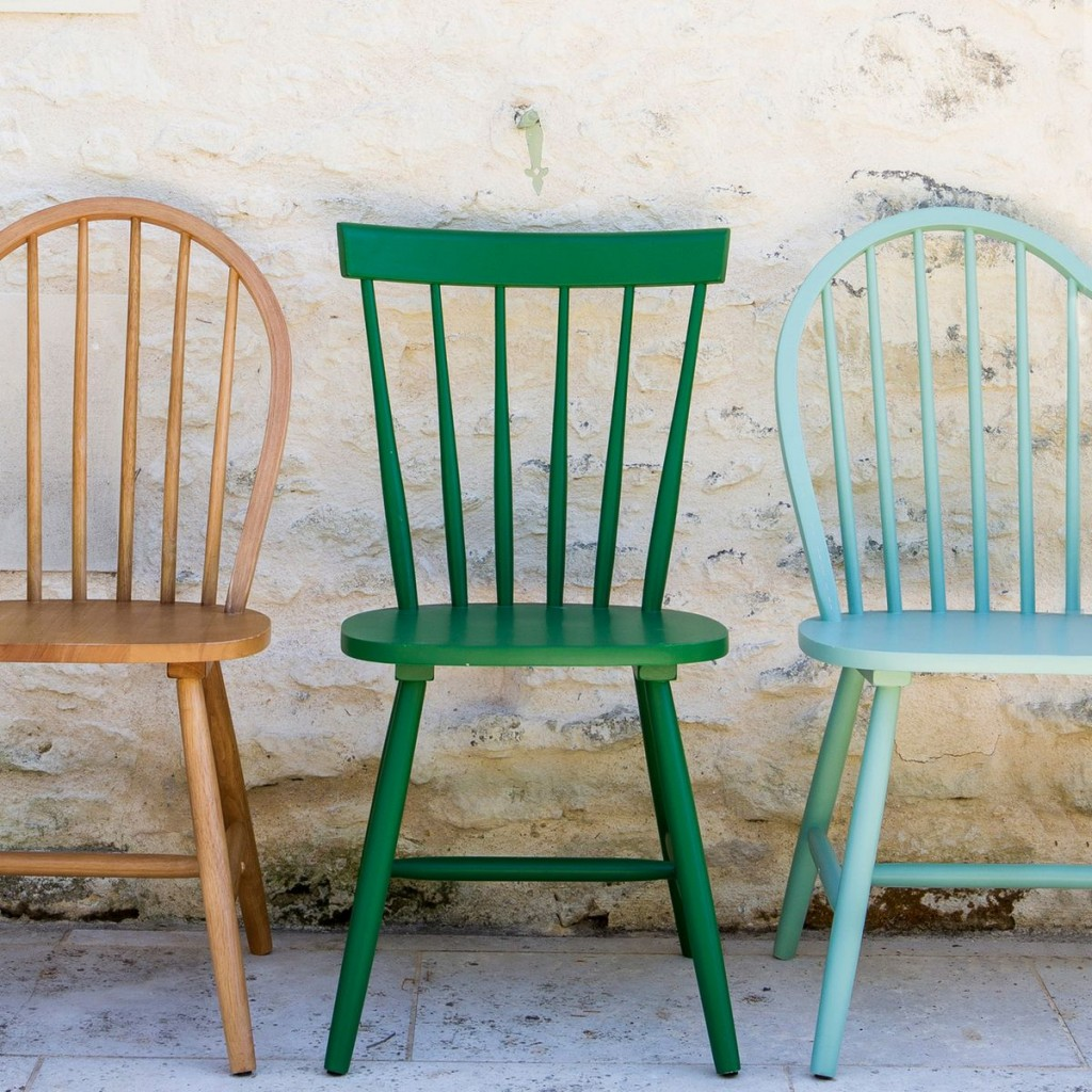 jolie-chaise-en-bois-scandinave-barreaux-couleur-cuisine