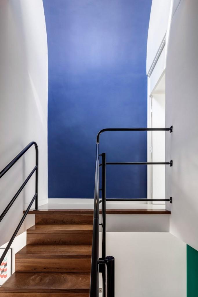 deco-moderne-mur-bleu-escalier-bois