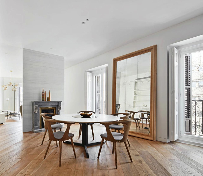 La hotte aspirante est invisible cachee dans le meuble cuisine for Meuble salle À manger avec chaise grise et blanche