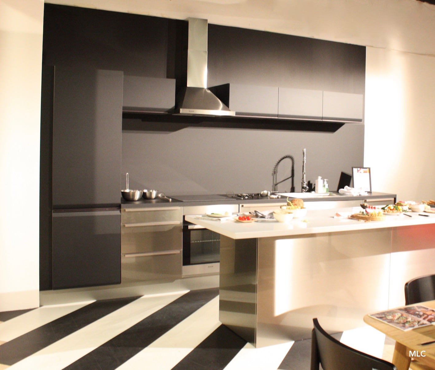 une cuisine noire lumineuse le blog d co de mlc. Black Bedroom Furniture Sets. Home Design Ideas