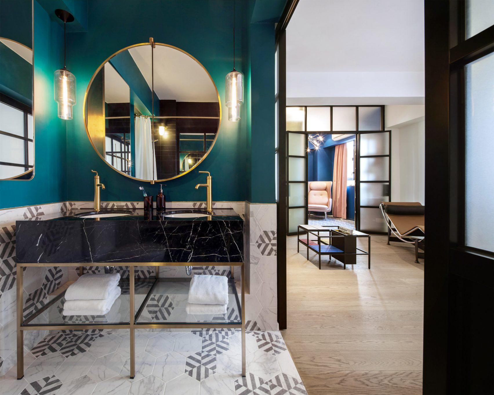 salle-de-bain-turquoise-noir-grand-miroir-rond - Le Blog déco de MLC