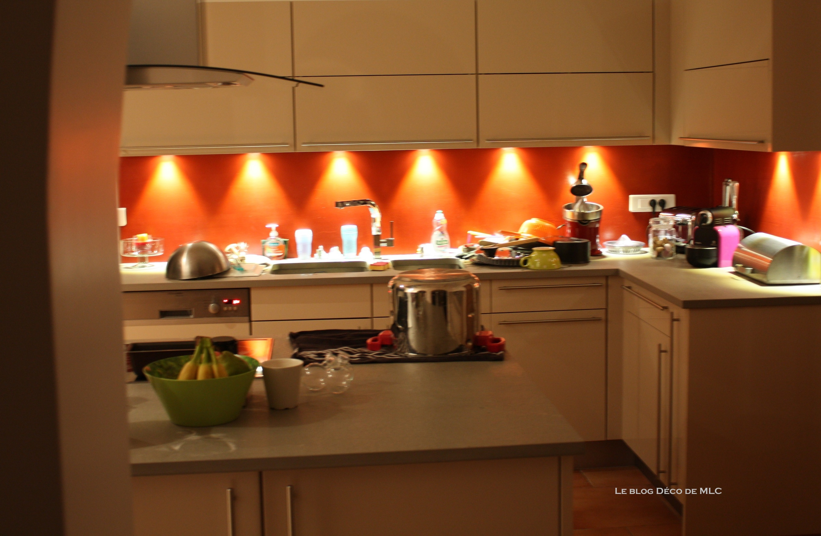 cuisine meubles beige sur fond rouge cuisine couleur darty le blog d co de mlc. Black Bedroom Furniture Sets. Home Design Ideas