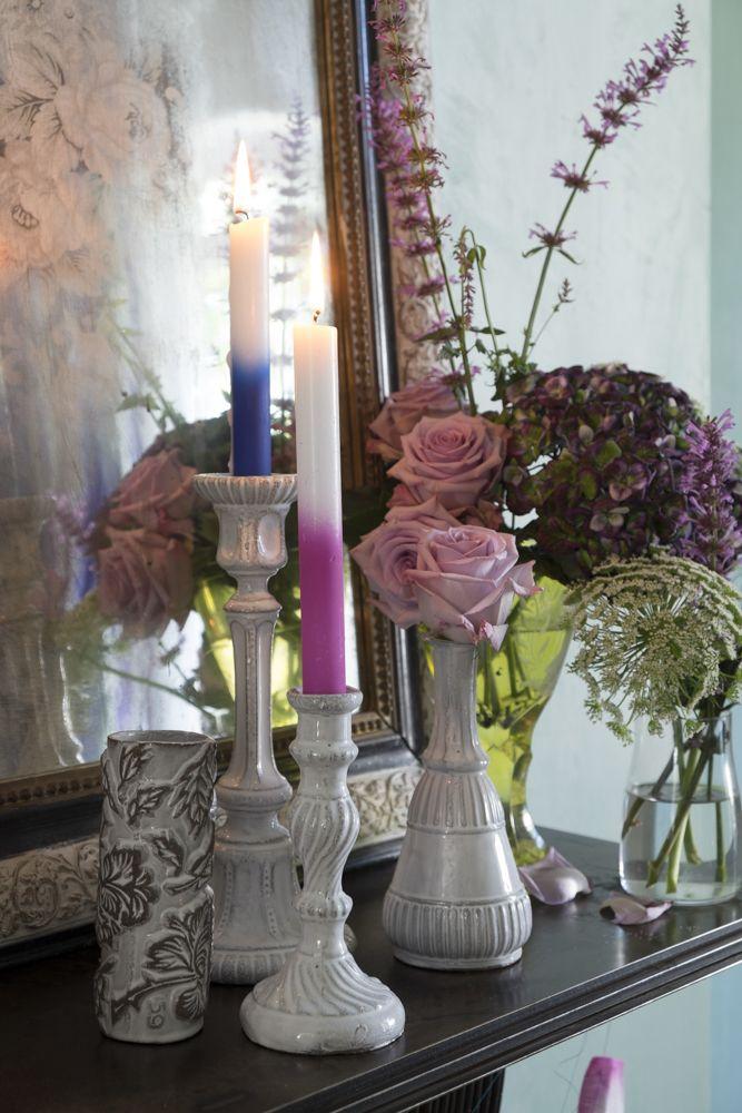 le-noel-coloré-de-tricia-guild-fleurs-et-bougies-sur-cheminée