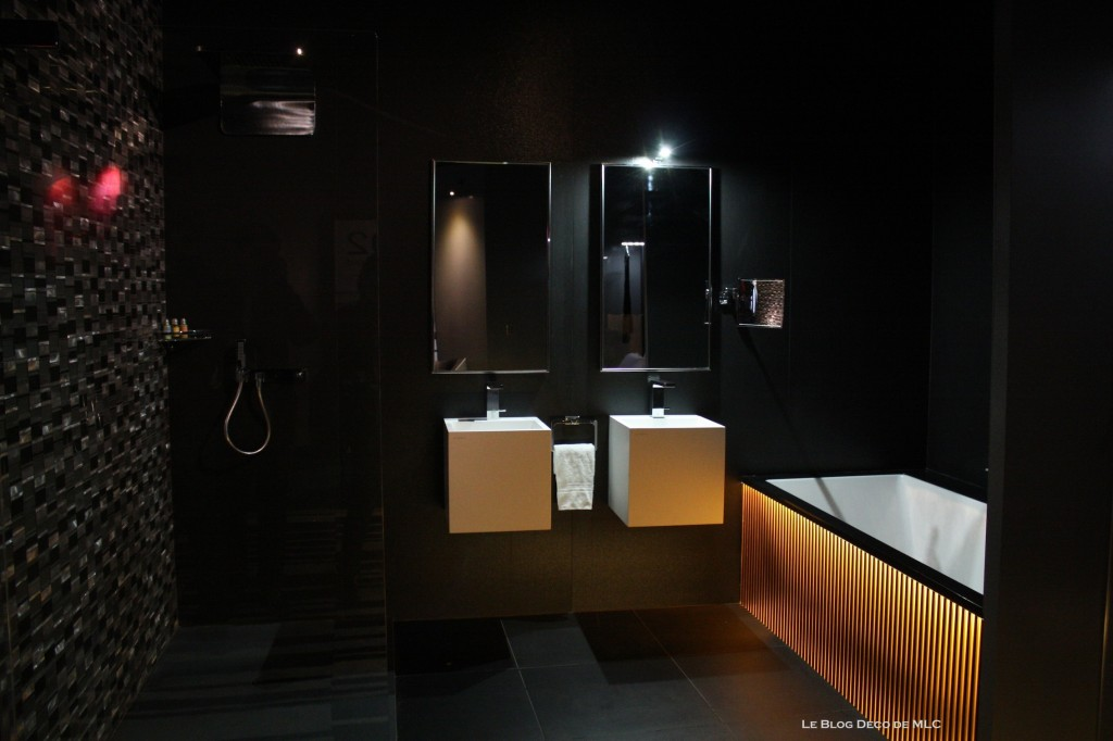 Tête-de-lit-lumineuse-et-salle-de-bain-noire-sdb