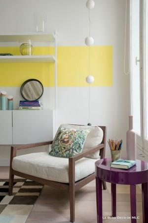 Un-salon-vert-et-fleuri-pour-une-déco-de-printemps-fauteuil