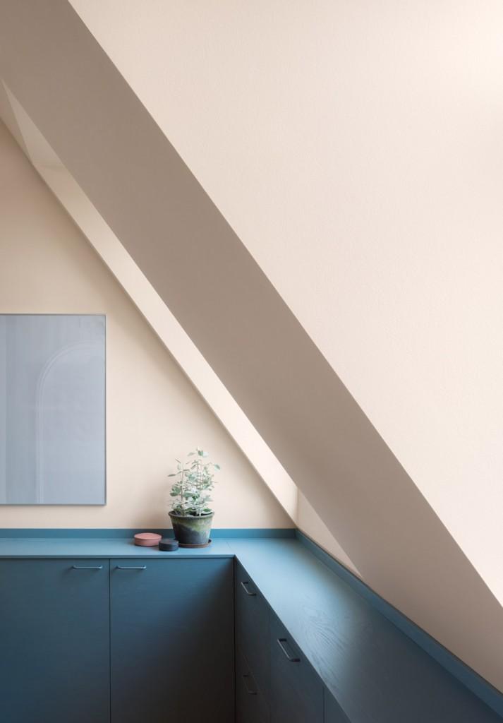 amenagement-combles-rangement-bleu-Note-Design-Studio