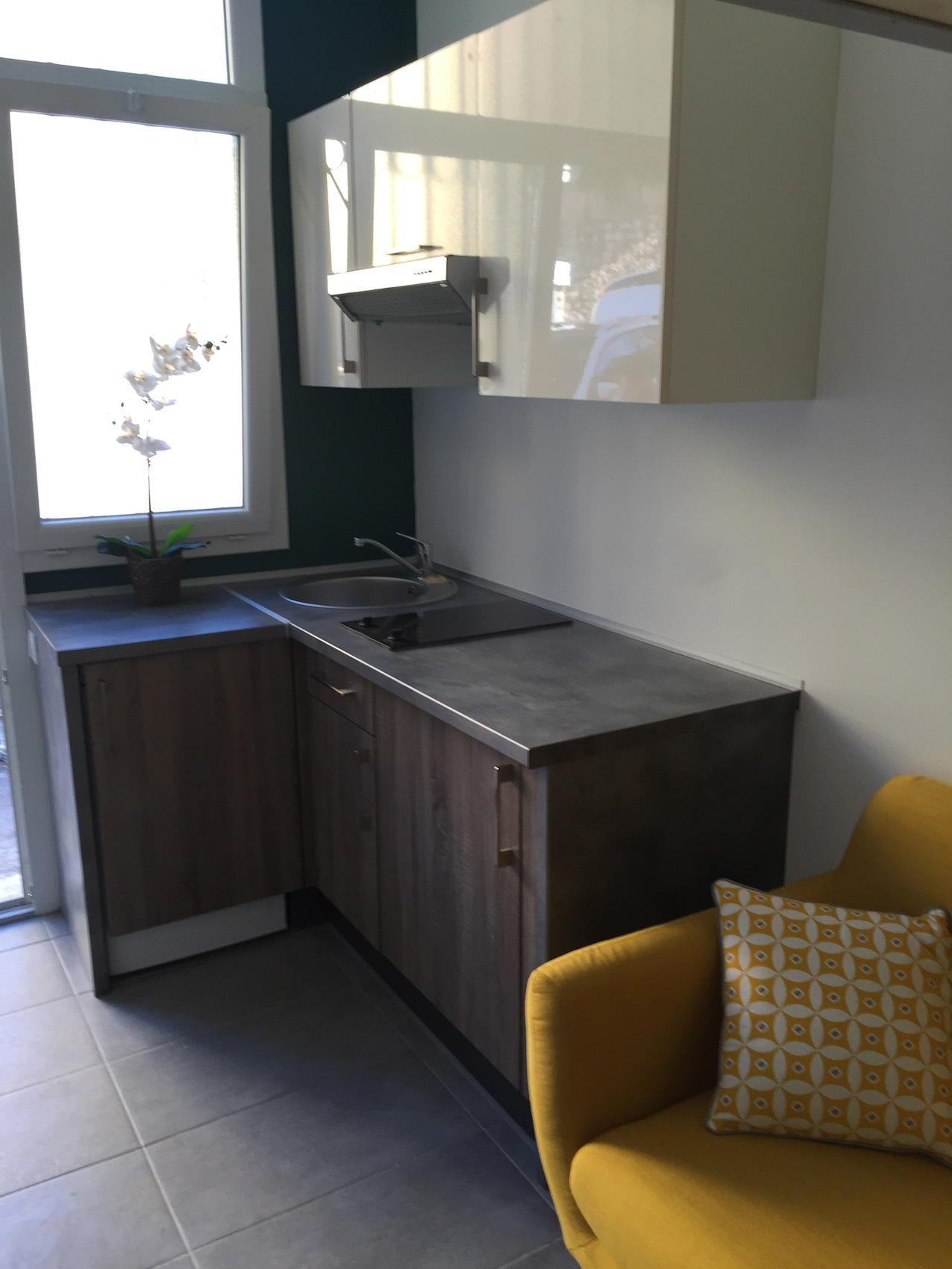 un joli studio d co couleurs mat riaux mezzanine. Black Bedroom Furniture Sets. Home Design Ideas