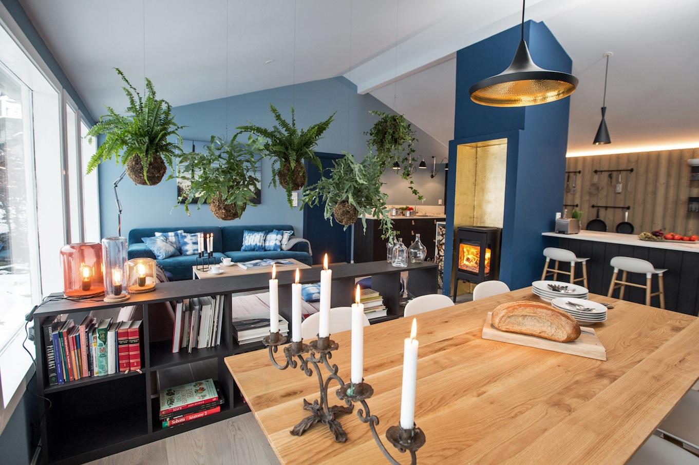 int rieur scandinave bleu cuisine noire et lambris bois moderne. Black Bedroom Furniture Sets. Home Design Ideas