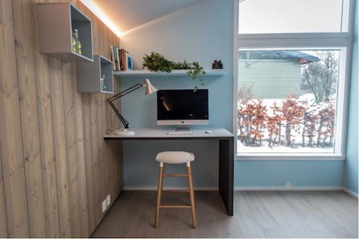 Intérieur scandinave bleu cuisine noire et lambris bois moderne
