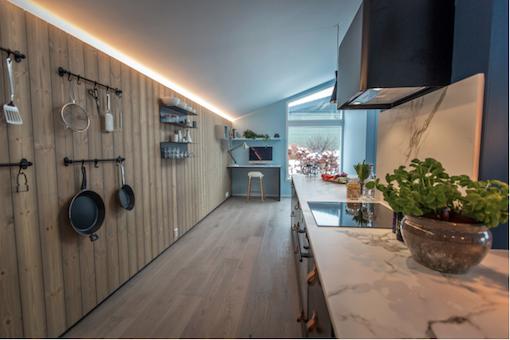 Interieur Scandinave Bleu Cuisine Noire Et Lambris Bois Moderne