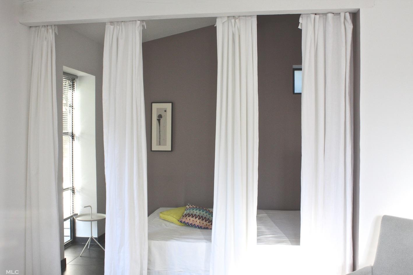 rideaux en lin comme séparation de pièce