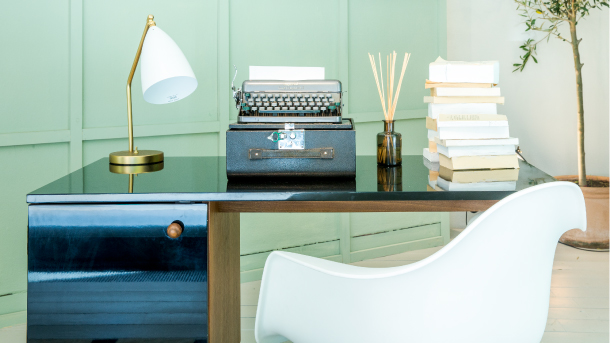 mur-vert-clair-bureau-vintage-chaise-eames