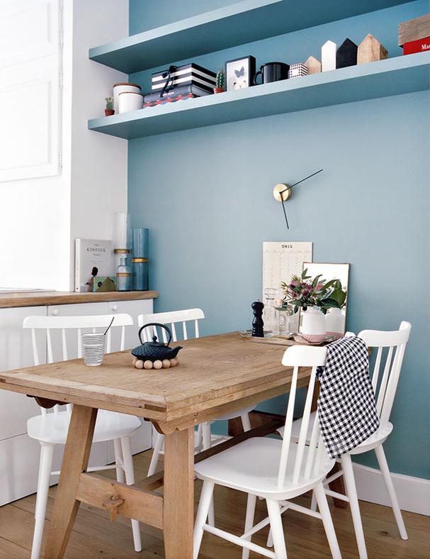 jolie-chaise-de-cuisine-bois-blanche-dossier-a-barreaux-chez-morgane-sezalory-sezane